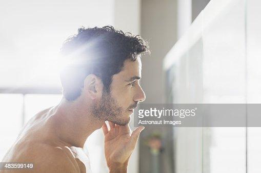 Uomo Controlla barba in bagno, specchio per il trucco