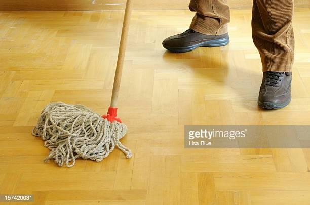 Homme Nettoyage du sol avec Mop