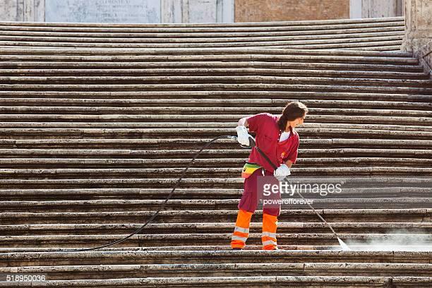 Mann, die Reinigung der Spanischen Treppe in Rom, Italien