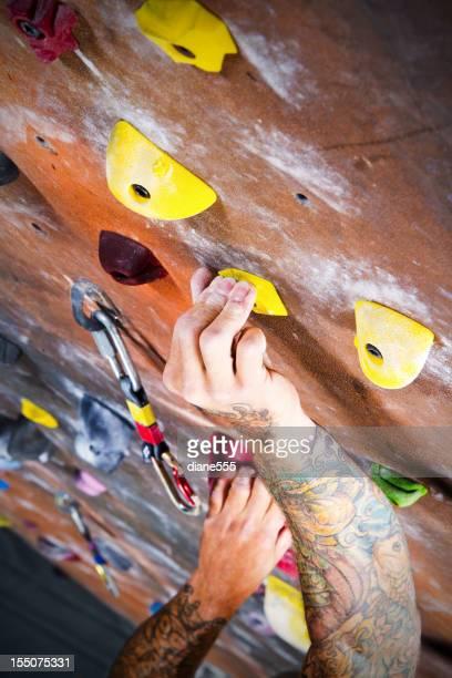 Man クライミング岩の壁、屋内ジム