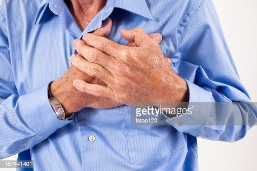 Homem clutching sua chest. na dor, possível Ataque Cardíaco : Foto de stock