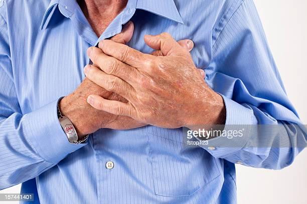 Homme tenant son chest. dans la douleur, possible Crise cardiaque