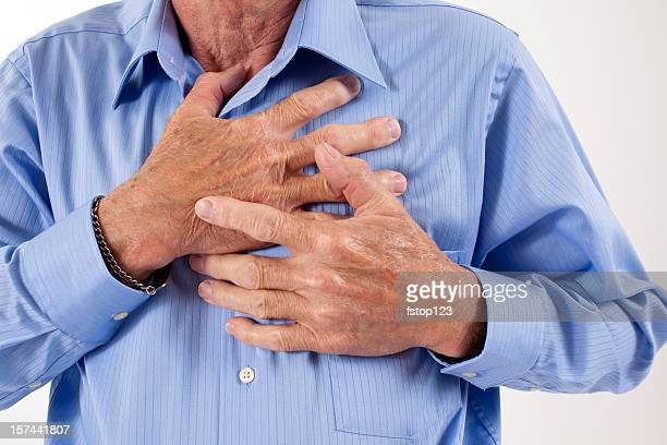 Homme tenant sa poitrine. Douleur, possibilité de crise cardiaque. Senior adulte.