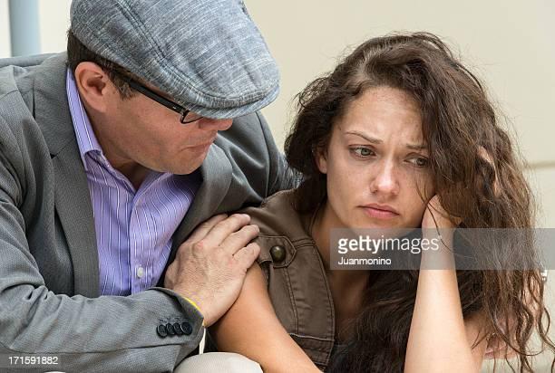 Homme réconfortant triste et gaufrons femme