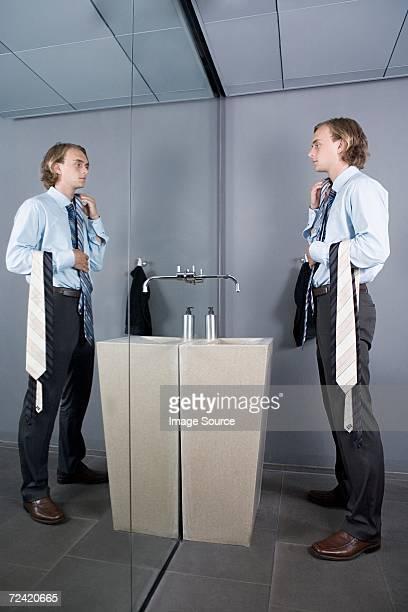 Hombre comparación de bridas en un espejo