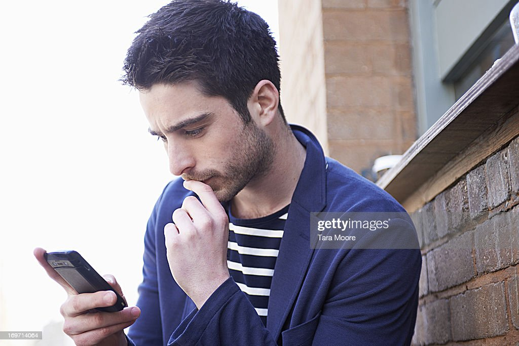 man concentrating with mobile phone : ストックフォト