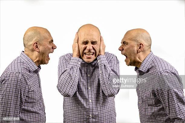 Mann über seine Ohren, während andere Rufen