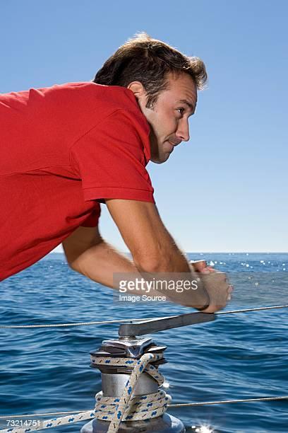 Homme cranking Cabestan sur le bateau