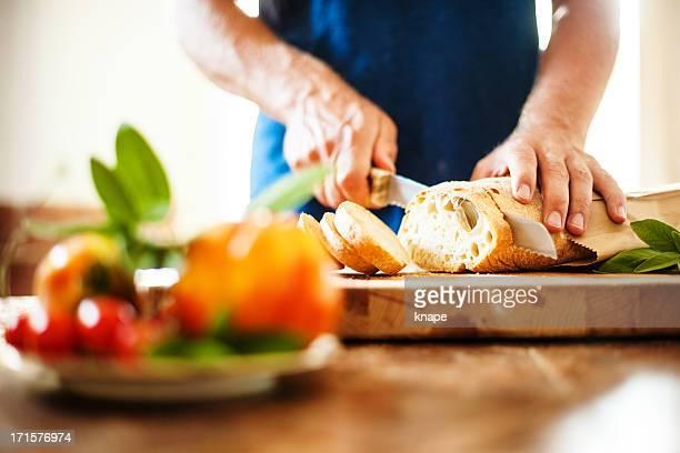 Mann Schneiden von Brot