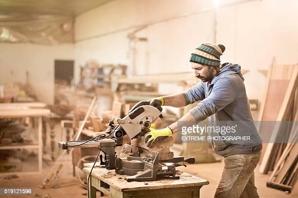 Uomo taglio del legno con Sega circolare