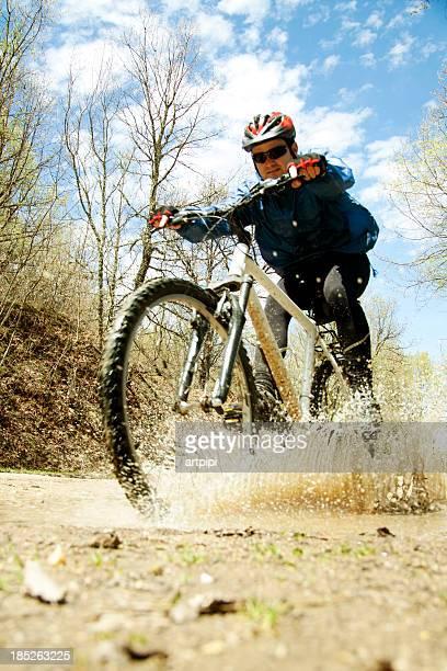 Homme en vélo dans la nature