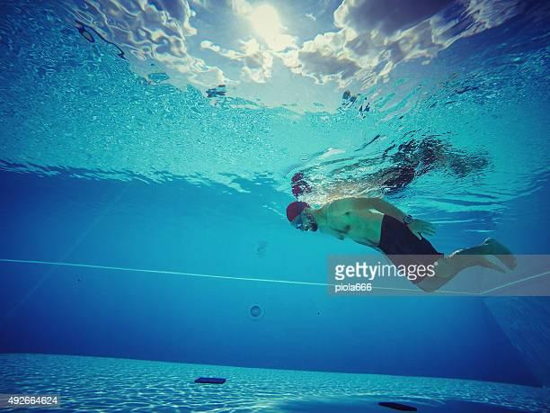 Homme de plongée en piscine et de la recherche