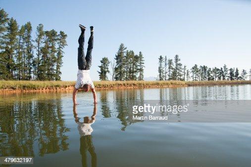 男性で逆立ちを水