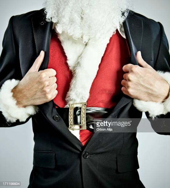 Homme habillé en costume de Père Noël