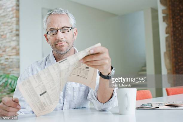Mann, trinkt Kaffee und lesen Zeitung