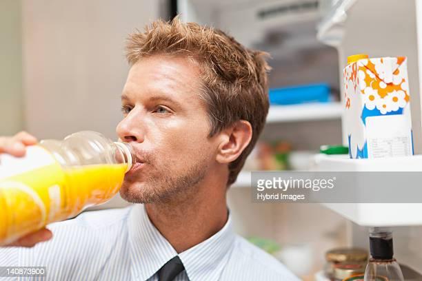 Homme de boire de jus de bouteille