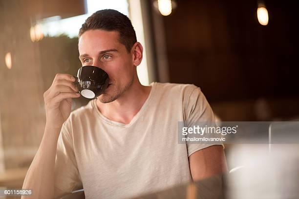 Mann, trinkt Kaffee am Morgen