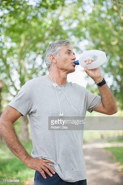 Uomo acqua potabile dopo esercizio