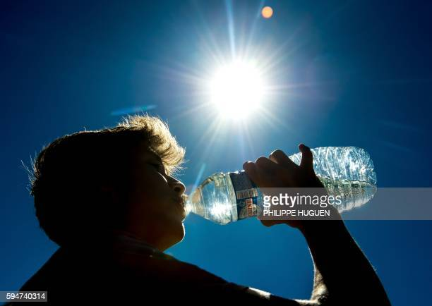 A man drinks on August 24 2016 in Lille northern France as a wave of heat strikes France / AFP / PHILIPPE HUGUEN