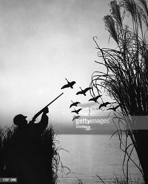 Uomo caccia di anatra