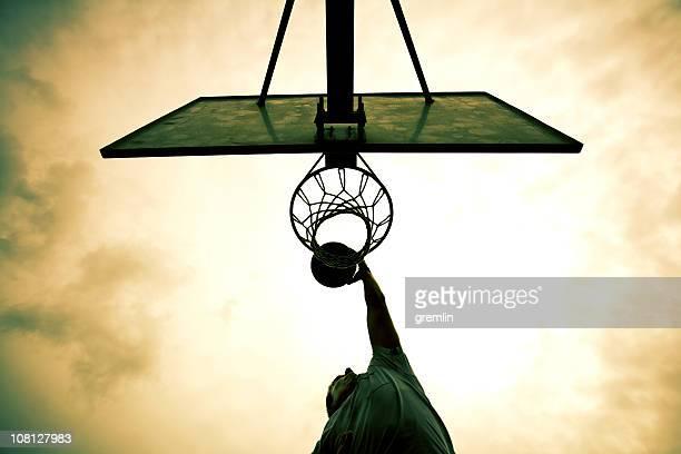 Homme dunks spectaculaires en filet de basket