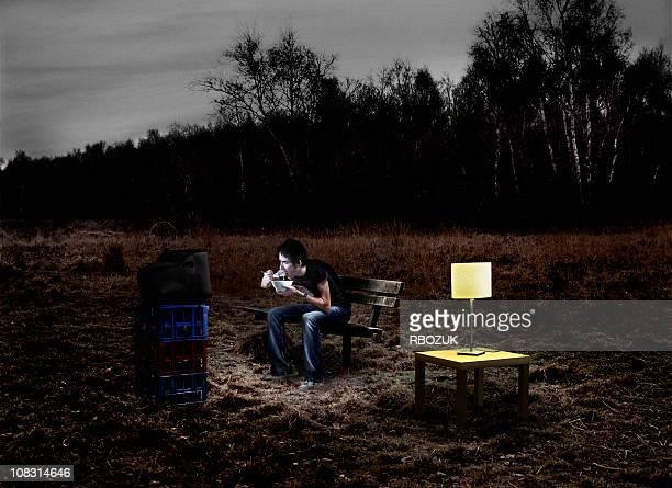 Mann Essen Müsli im Park