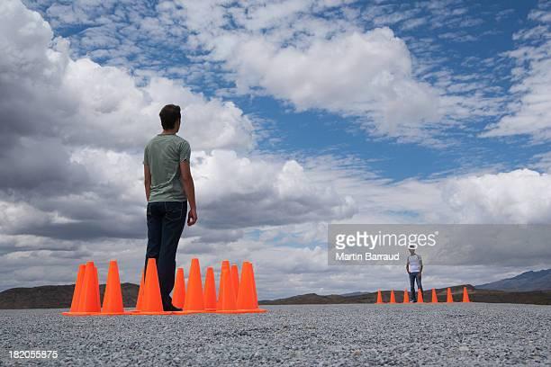 Homme entouré de cônes de sécurité