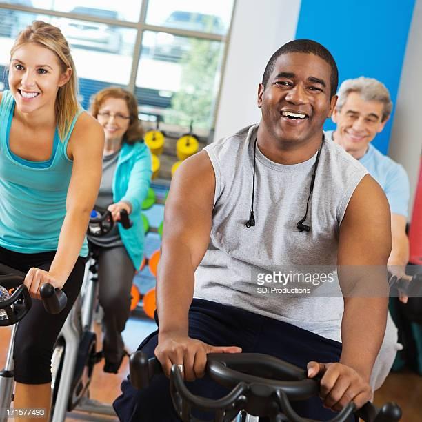 Mann, die Radfahren in sein Training class