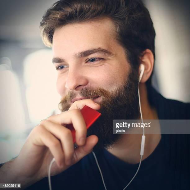 Uomo godendo la musica.