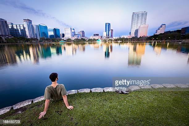 Uomo godendo la vista di Orlando