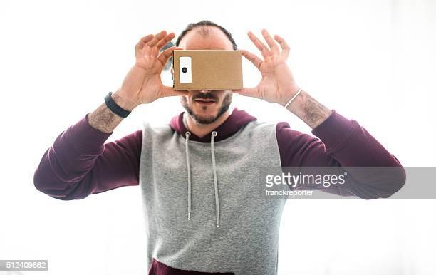 Homme entartains en libre avec son appareil Simulateur de réalité virtuelle