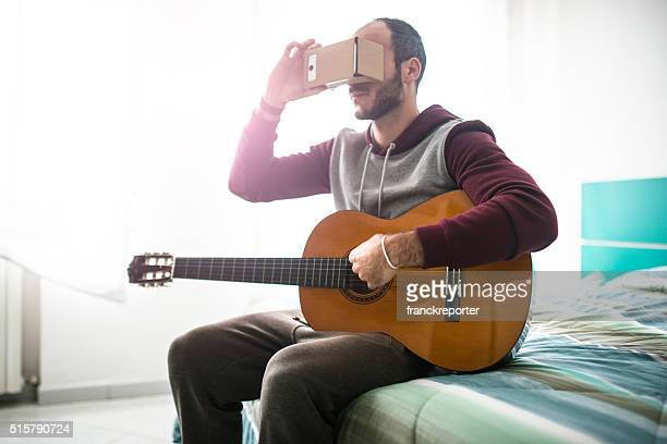 Mann seine eigene entartains Gerät mit virtuelle Realität Simulator