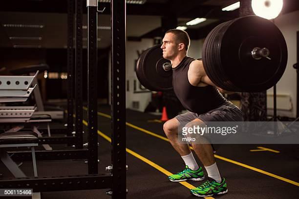 Mann trainieren Sie im Fitnessstudio