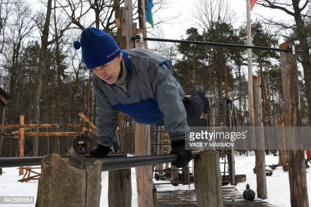 A man exercises in an outdoor selfmade gym in Timiryazevsky Park in Moscow on February 18 2017 / AFP PHOTO / VASILY MAXIMOV