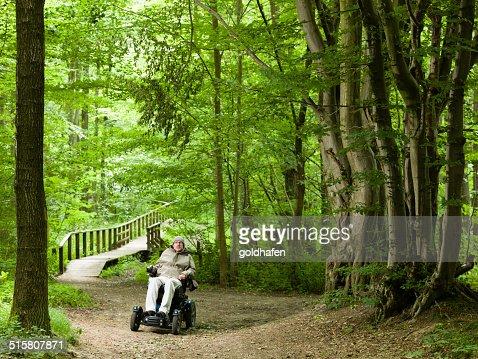 Homme explorer la forrest dans une chaise roulante for Acheter chaise roulante