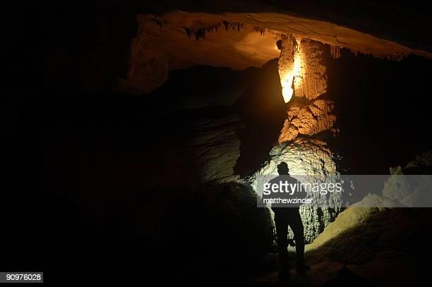 Hombre explorar cave