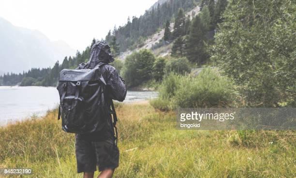 Mann, die Erforschung der Natur im Regen