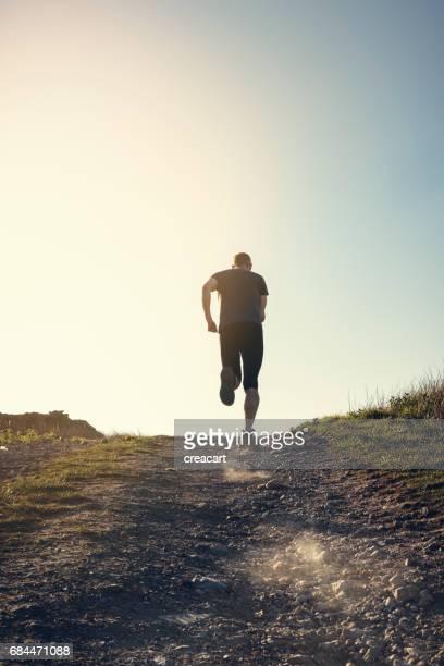 L'homme est tombé en cours d'exécution dans l'emplacement sur une colline distante.