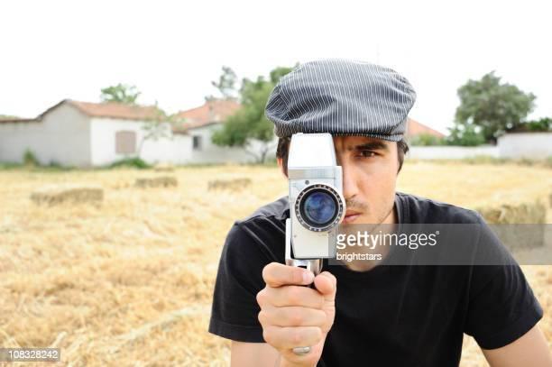 Homme avec caméra film 16 mm