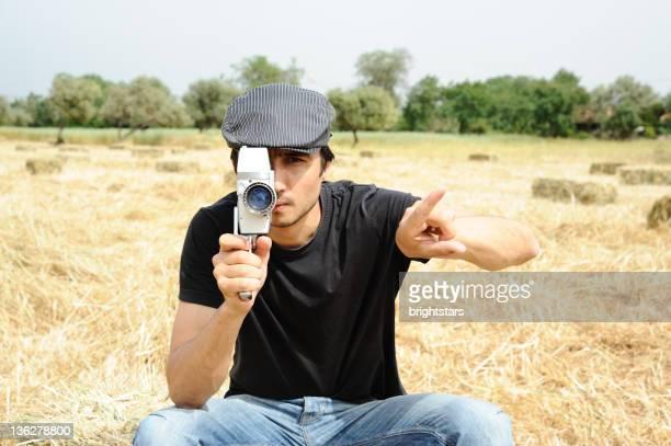 Homme avec caméra rétro tournage