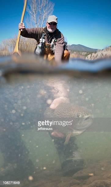 男性、リリースの魚の釣り