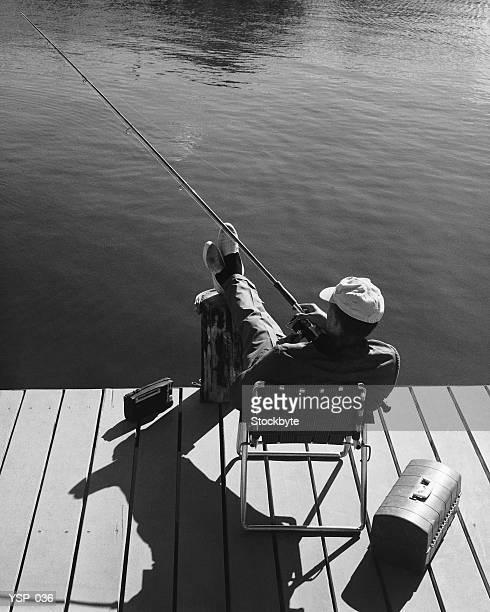 Uomo pesca dalla banchina
