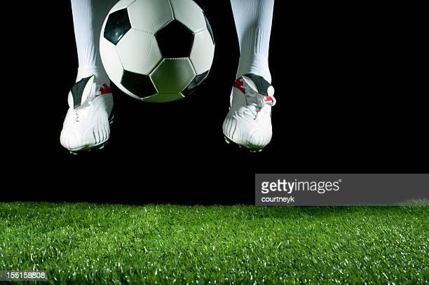 Homme Lancer d'une chiquenaude un ballon de football avec ses pieds