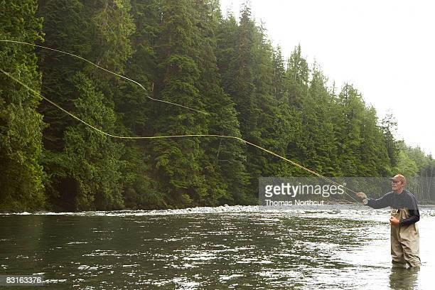 Hombre pesca con mosca en el río
