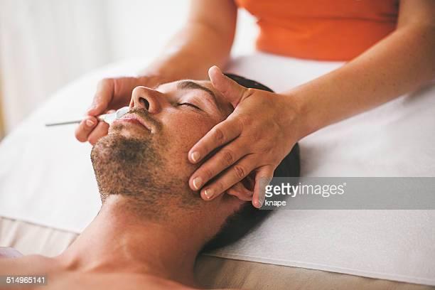 Mann immer eine Gesichts-Behandlung im spa