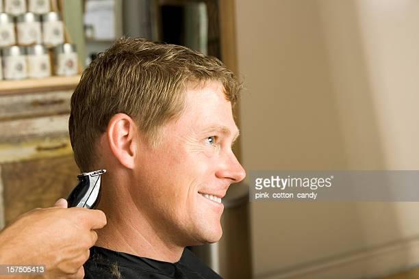 Taglio di capelli uomo sempre al Salon pulizia del collo