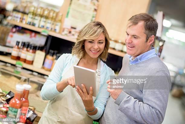Homem obter ajuda no supermercado