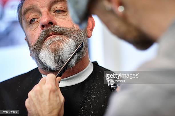Mann sich seinen Bart mit