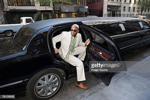 Mann wird von limousine