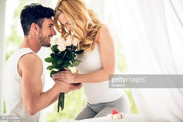 Mann gibt Rosen, Frau